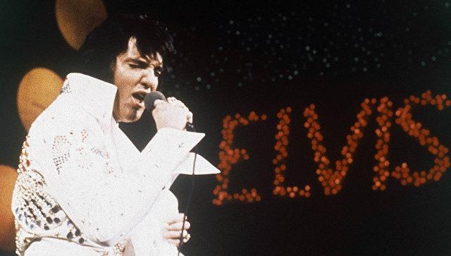Элвис Пресли во время выступления. Архивное фото