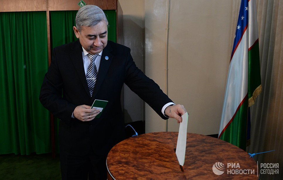 Кандидат на пост президента Убекистана от Народно-демократической партии Узбекистана (НДПУ) Хатамжон Кетмонов голосует на избирательном участке в Ташкенте