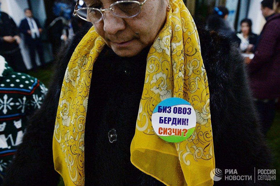Женщина на избирательном участке во время выборов президента Узбекистана