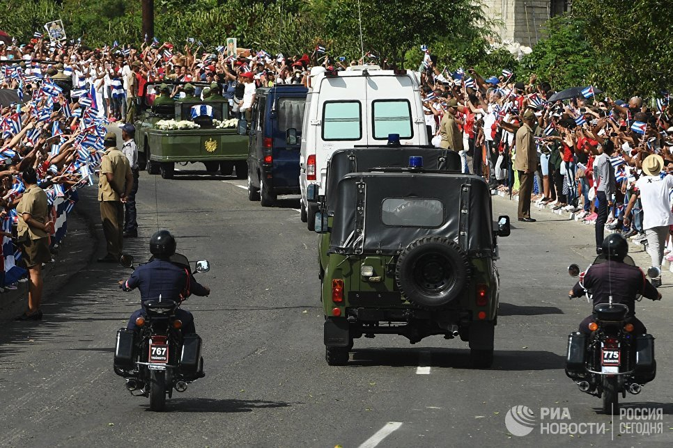 Траурный кортеж с прахом команданте Фиделя Кастро в Сантьяго-де-Куба