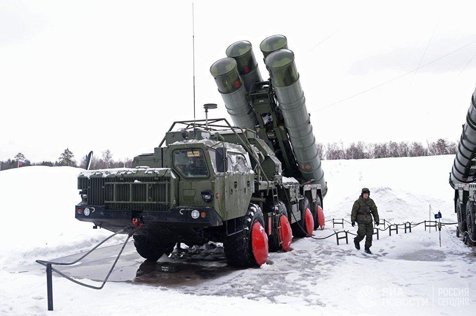 Военнослужащий 606-го краснознаменного гвардейского зенитного полка у пусковой установки зенитной ракетной систем С-400 Триумф, поступившей на вооружение объединения противовоздушной обороны Воздушно-космических сил в Московской области