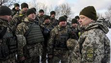 Петр Порошенко во время инспекции опорного пункта на передовой в районе Горловки в Донецкой области. Архивное фото.