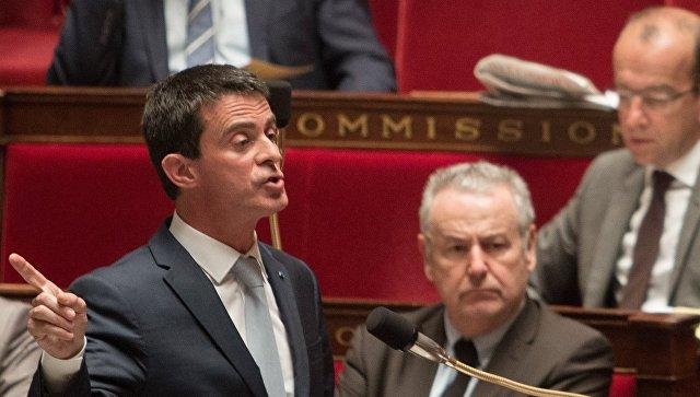 Премьер-министр Франции Манюэль Вальс (на первом плане) выступает перед депутатами Национальной Ассамблеи Франции (нижней палаты парламента)