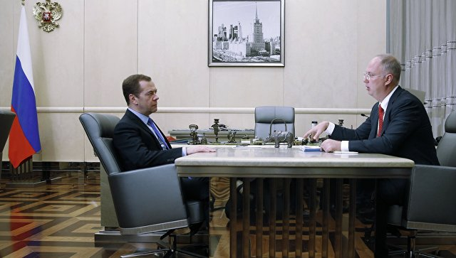 Председатель правительства РФ Дмитрий Медведев и генеральный директор Российского фонда прямых инвестиций Кирилл Дмитриев во время встречи в Доме правительства РФ. 7 декабря 2016