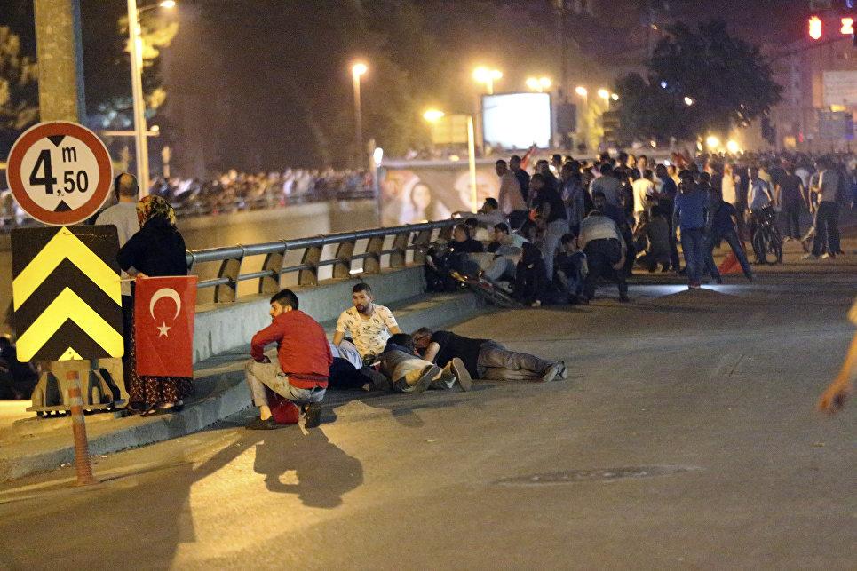 Люди во время протестов в Анкаре. 16 июля 2016 года