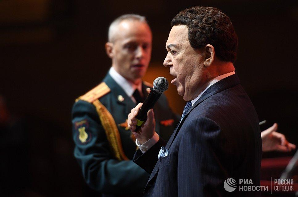 Певец Иосиф Кобзон выступает на Международном Кремлевском кадетском балу в Гостином дворе в Москве
