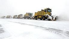 Уборка снега на взлетно-посадочной полосе аэропорта О'Хара в Чикаго. Архивное фото