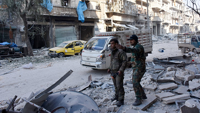 Сирийские военные в одном из освобожденных от боевиков кварталов Алеппо. Архивное фото