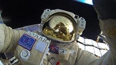 Селфи Юрия Маленченко во время выхода в открытый космос. Архивное фото
