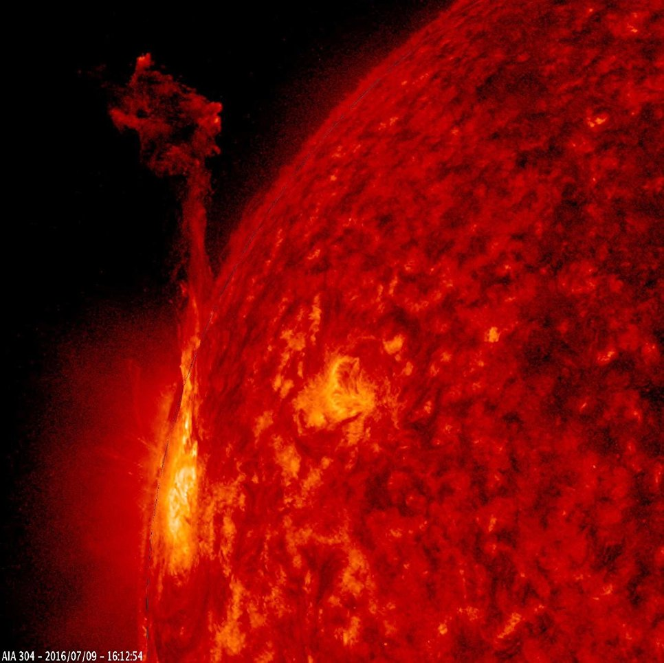 Одна активных областей на краю Солнца