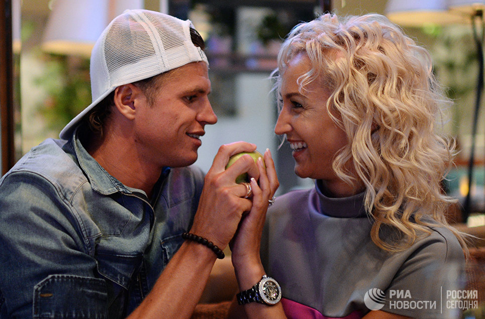 Полузащитник ФК Локомотив Дмитрий Тарасов и его супруга телеведущая Ольга Бузова во время фотосессии. 2013 год