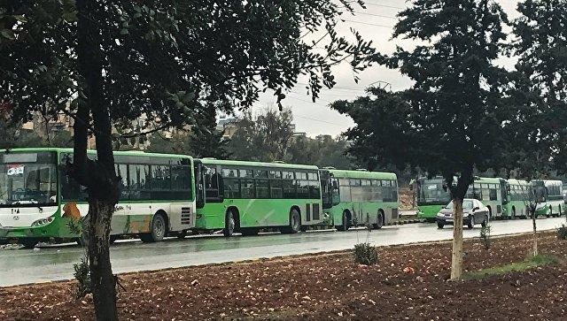 Автобусы в ожидании выхода боевиков в квартале Салахеддин у Юго-западного выезда из сирийского Алеппо. Архивное фото