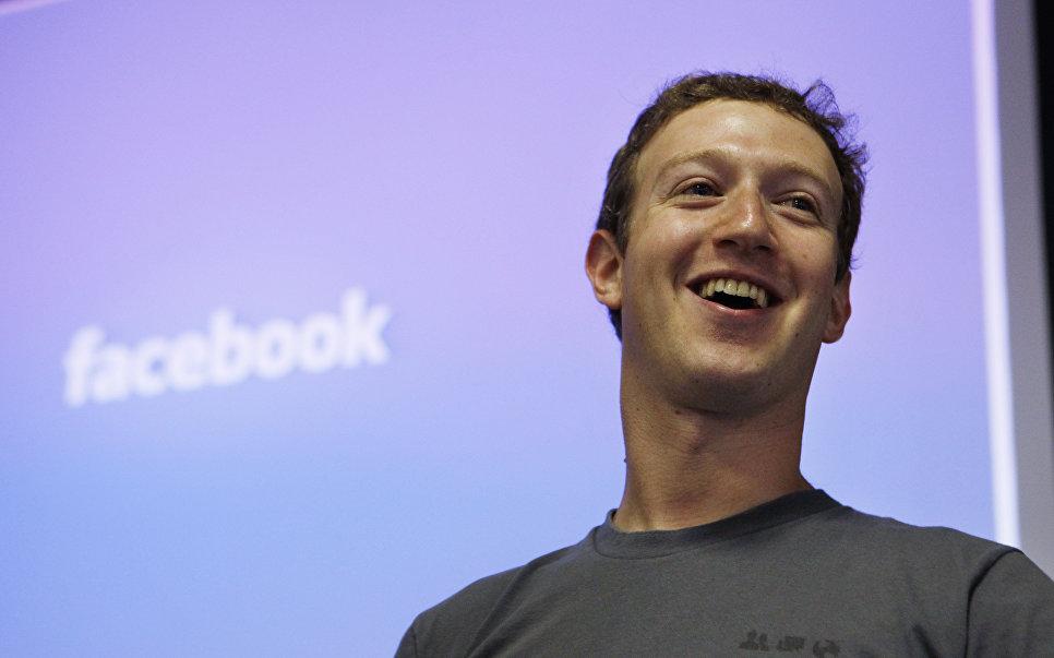 Глава Facebook Марк Цукерберг в штаб-квартире Facebook в Пало-Альт, США