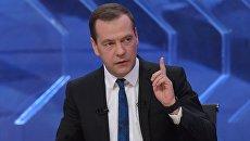 Председатель правительства РФ Дмитрий Медведев во время интервью российским телеканалам в студии телецентра Останкино. 15 декабря 2015