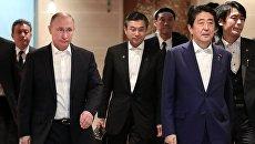 Президент РФ Владимир Путин и премьер-министр Японии Синдзо Абэ во время встречи в городе Нагато. 15 декабря 2016