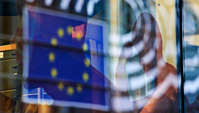 Отражение флага Евросоюза в окне одного из зданий в Брюсселе. Архивное фото