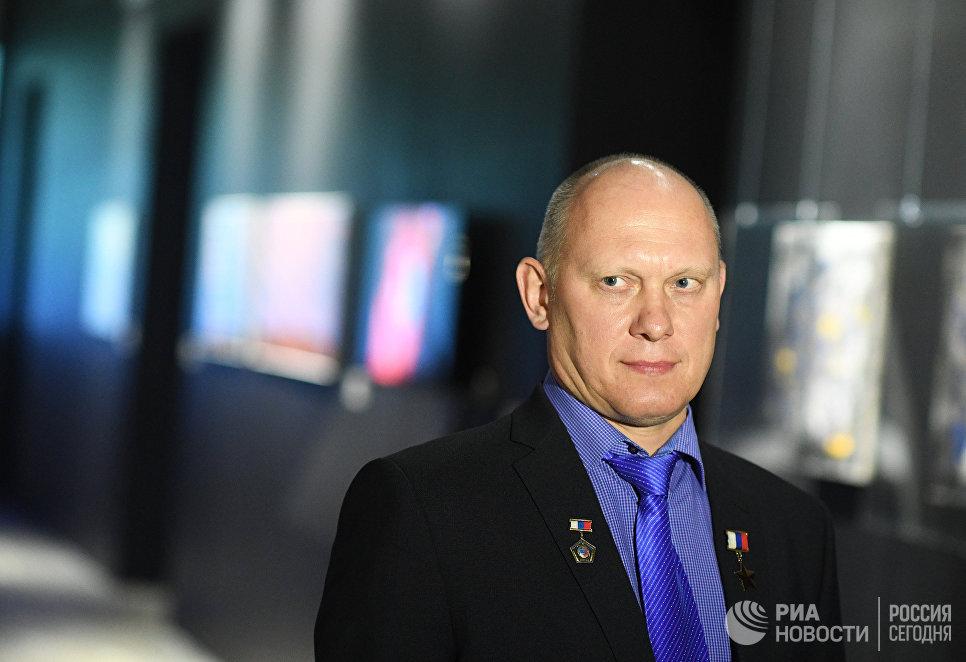 Российский космонавт-испытатель Олег Артемьев на мультимедийной выставке Космос. Love открывшейся в московском центре дизайна ARTPLAY