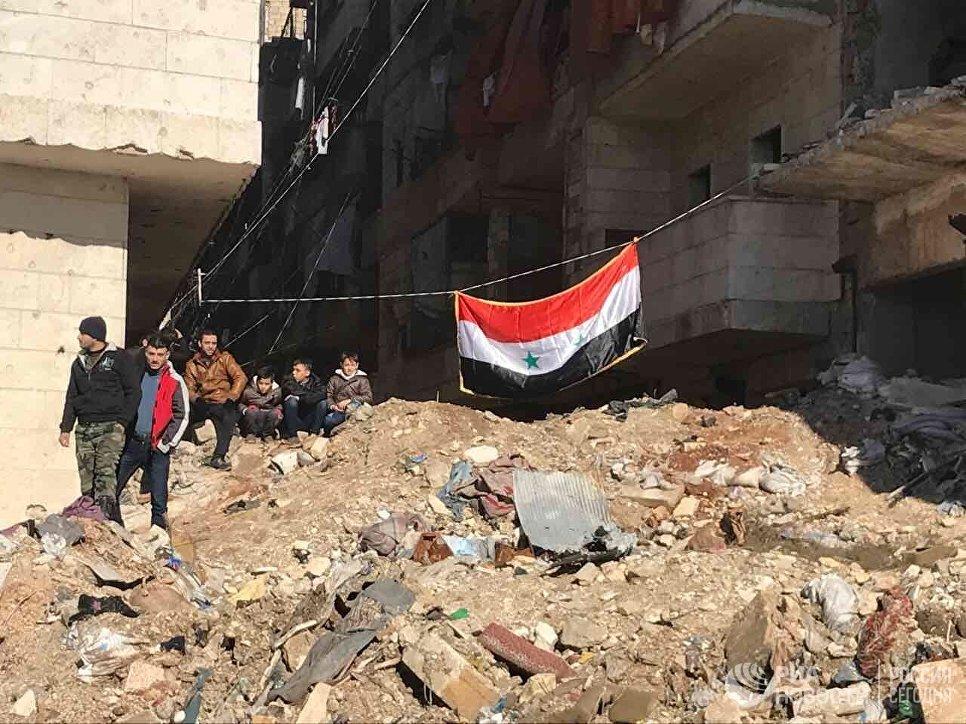 Жители Алеппо в квартале Салахеддин после вывода боевиков и членов их семей из восточного Алеппо. 16 декабря 2016
