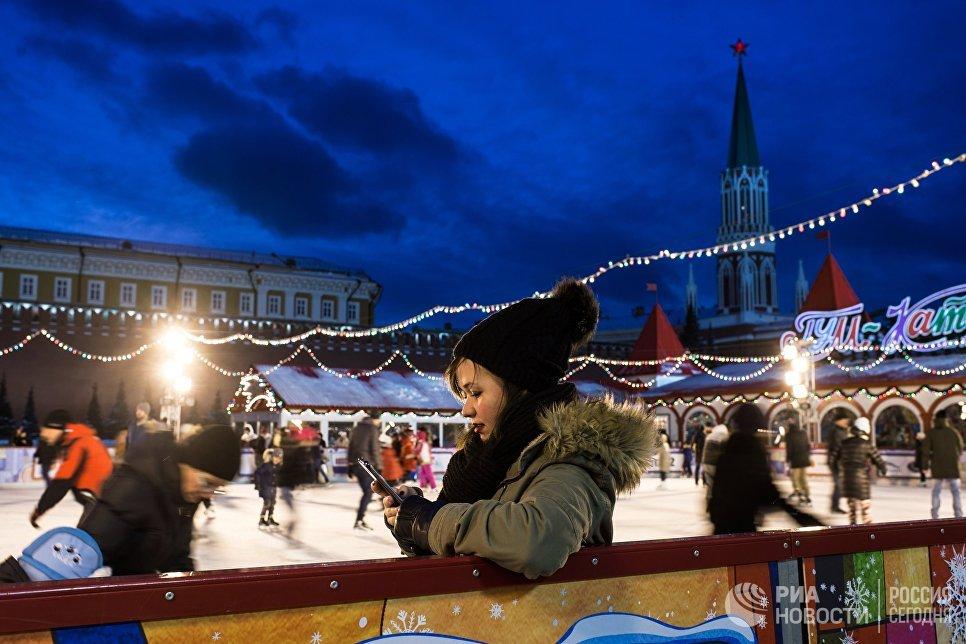 Горожане катаются на коньках на ГУМ-Катке на Красной площади в Москве