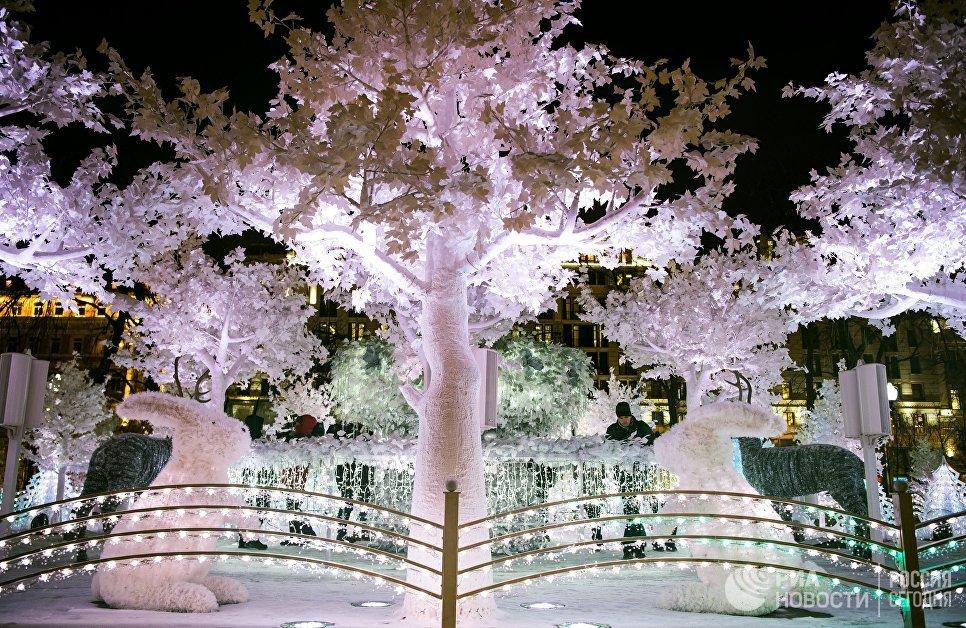 Тестовое включение световой новогодней инсталляции Музыкальный лес на Пушкинской площади в Москве