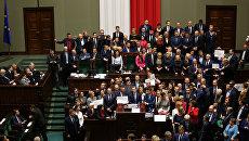 Польские оппозиционные депутаты в зале заседаний польского сейма