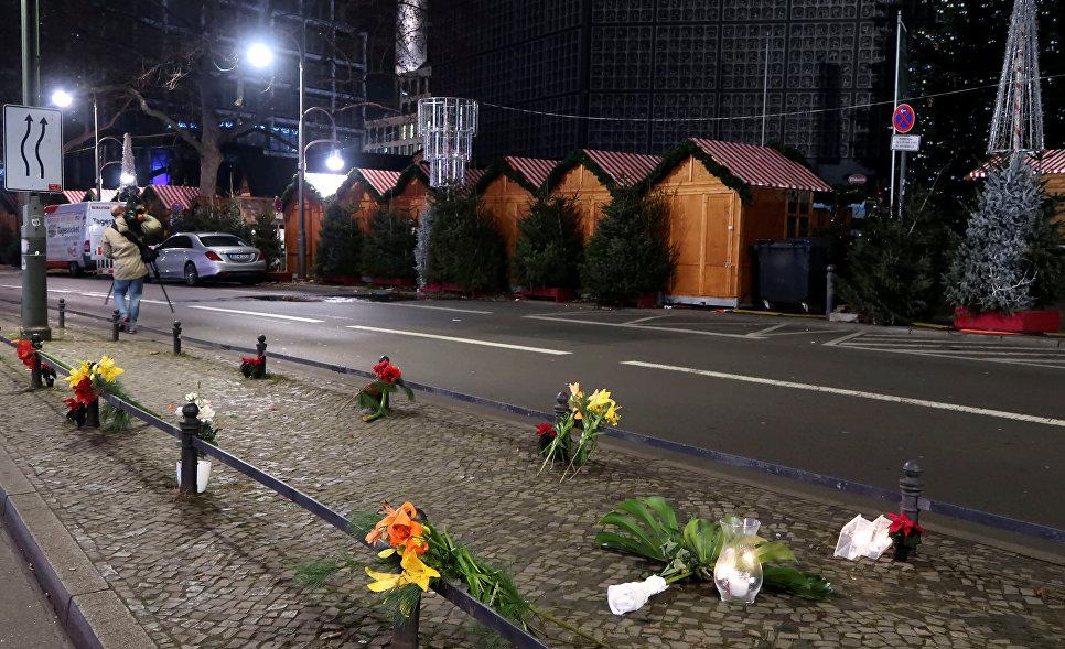 Цветы на месте трагедии, где грузовик протаранил рождественскую ярмарку в Берлине, Германия
