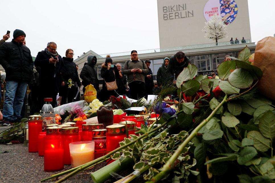 Люди принесли цветы и зажгли свечи недалеко от места теракта. 20 декабря 2016