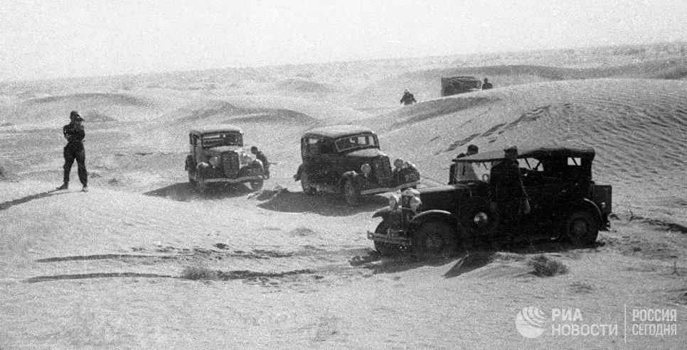 Первые автомобили марки ГАЗ-А в пустыне Каракум