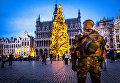 Военнослужащий у рождественского базара на площади в Брюсселе, Бельгия