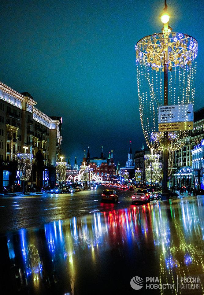 Новогодняя иллюминация в виде бокалов шампанского на Тверской улице в Москве