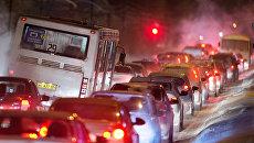 Дорожное движение в снегопад. Архивное фото
