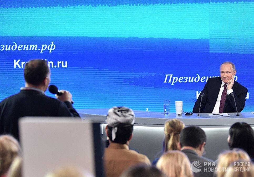 Президент РФ Владимир Путин и журналисты на двенадцатой большой ежегодной пресс-конференции в Центре международной торговли на Красной Пресне