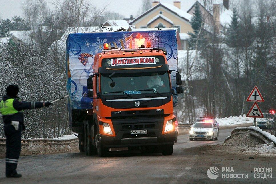 Автомобиль с главной новогодней ёлкой, которую установят на Соборной площади в Московском Кремле