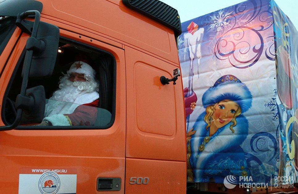 Дед Мороз за рулем автомобиля с главной новогодней ёлкой, которую установят на Соборной площади в Московском Кремле