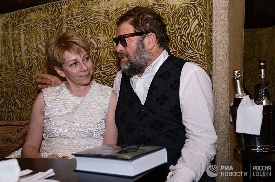 Исполнительный директор фонда Справедливая помощь Елизавета Глинка и музыкант Борис Гребенщиков на благотворительном аукционе в Москве