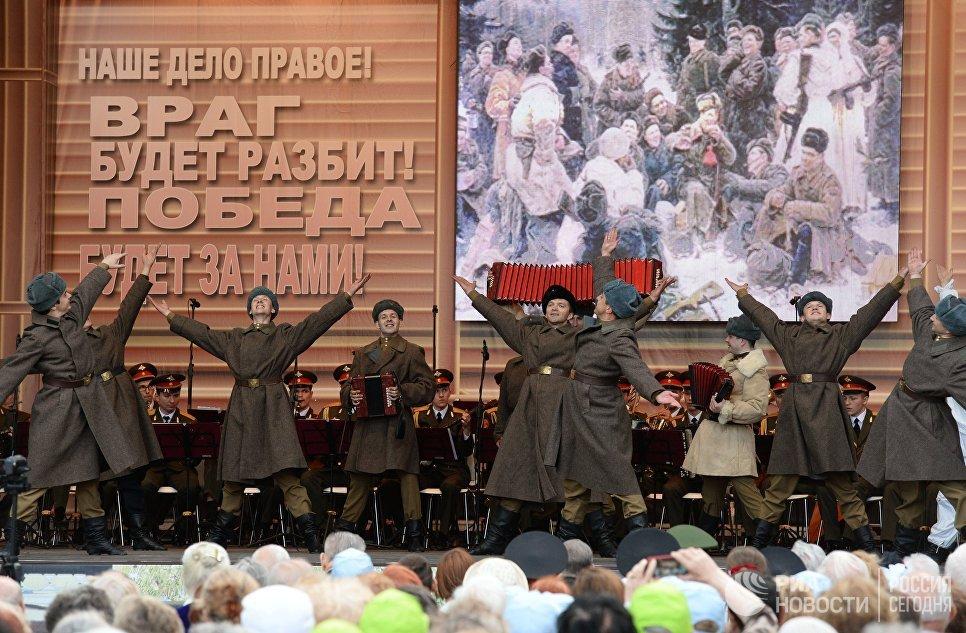 Артисты академического ансамбля песни и пляски Российской Армии имени А.В. Александрова выступают на площади Тверской заставы в Москве