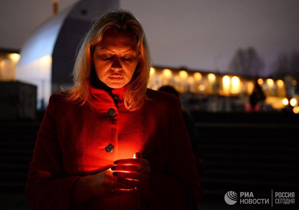 Женщина на акции памяти в Сочи, где самолет Минобороны РФ Ту-154 потерпел крушение у побережья Черного моря