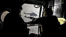 Военнослужащие Вооруженных сил Украины в вертолете в Донецкой области. Архивное фото