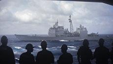 Моряки с авианосца Dwight D. Eisenhower смотрят на ракетный крейсер San Jacinto в Средиземном море. Архивное фото
