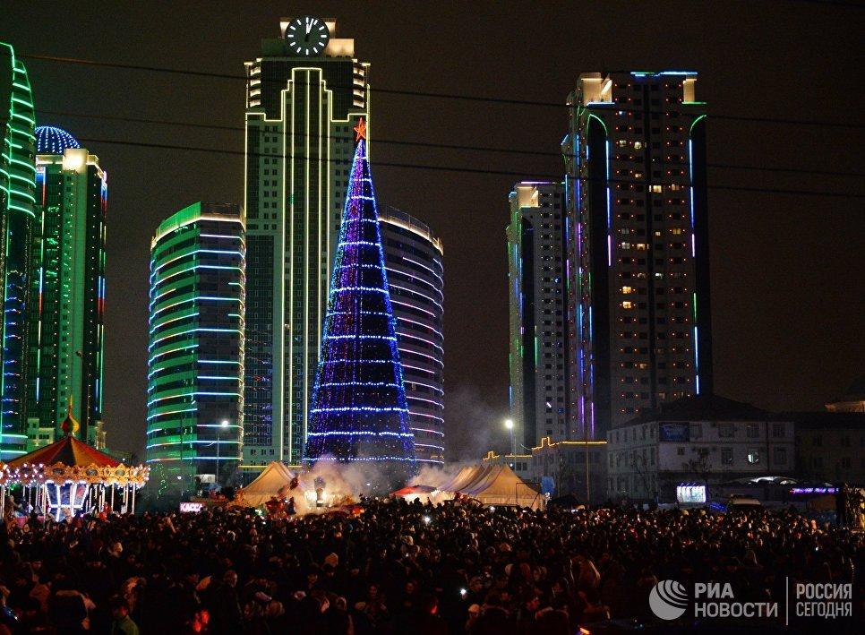 Горожане во время новогодних гуляний в Грозном