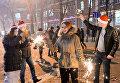 Местные жители во время встречи Нового 2017 года на Театральной площади в Краснодаре