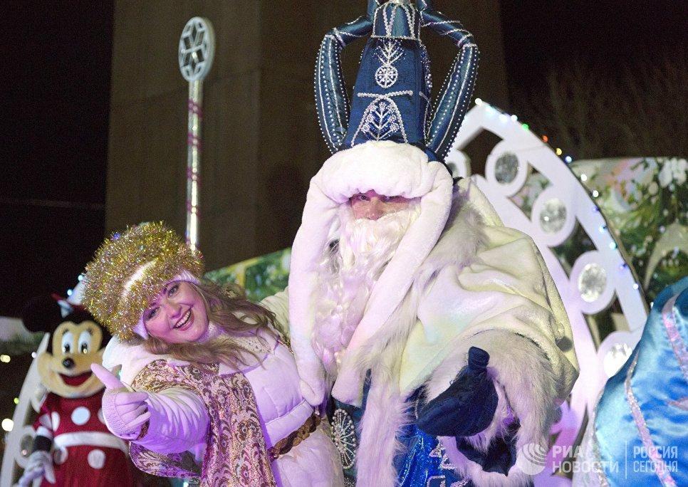 Дед Мороз и Снегурочка во время встречи Нового года на площади имени В.И. Ленина в центре Петропавловска-Камчатского