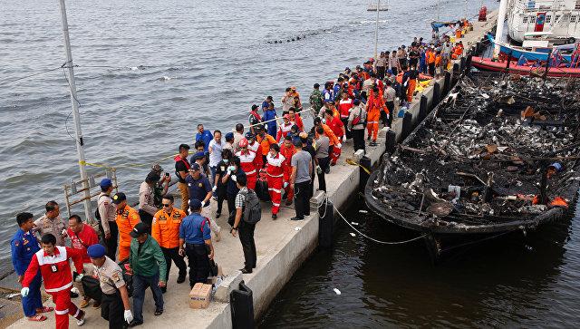 ВИндонезии погибли 23 туриста из-за пожара налодке
