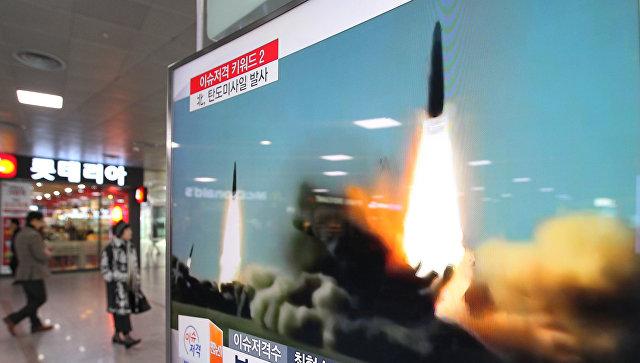 Архивная запись запуска КНДР ракет малой дальности в направлении Японского моря транслируется на вокзале в Сеуле. Архивное фото