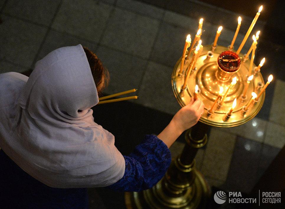 Прихожанка во время праздничной Рождественской службы в Храме Святого апостола Андрея Первозванного во Владивостоке