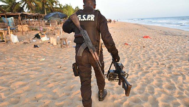 Военный на пляже у отеля Гран-Басам, на который напали вооруженные люди. Архивное фото