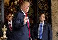 Избранный президент США Дональд Трамп (на переднем плане) и Ринс Прибас, выдвинутый на пост главы аппарата Белого дома (справа)