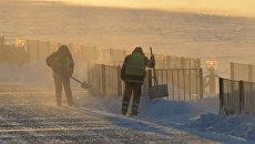 Работники городских служб убирают снег и наледь в Москве. Архивное фото