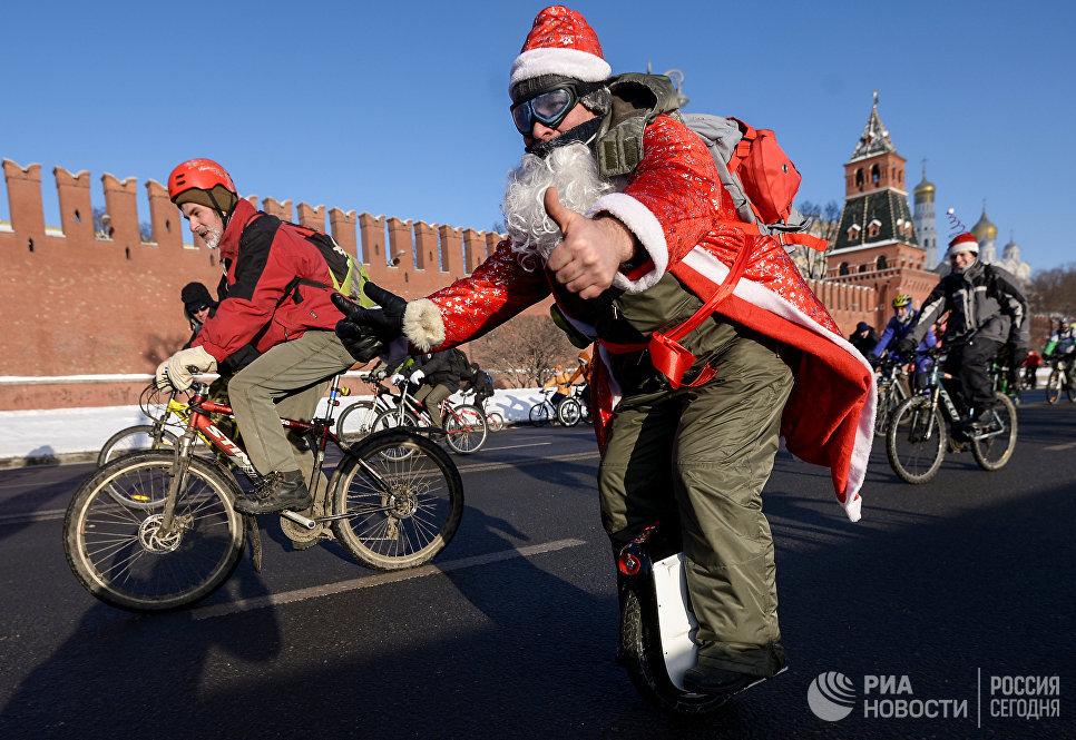 Участники Второго зимнего Московского Велопарада на Кремелвской набережой