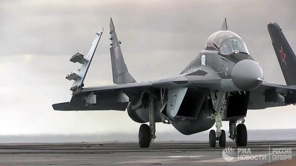Многоцелевой истребитель МиГ-29 ВКС РФ перед взлетом с палубы тяжёлого авианесущего крейсера Адмирал Кузнецов